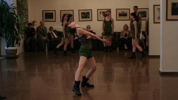 A.Ü. Devlet Konservatuvarı oyuncuları, militarizm karşıtı bir dans gösterisi sundu.