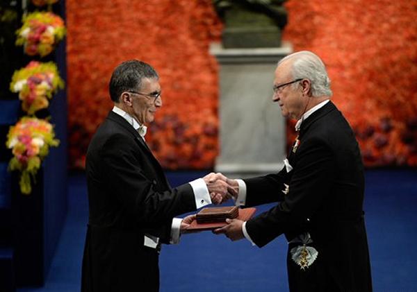 Aziz Sancar, Nobel Kimya Ödülü'nü İsveç Kralı 16'ıncı Gustaf'ın elinden almıştı.