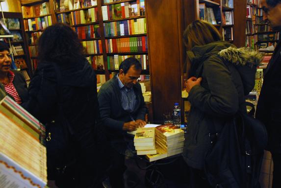 Ahmet Abakay kitabını imzalıyor.
