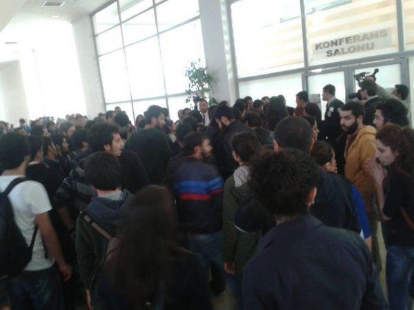 Akdeniz Üniversitesi'nde Berkin Elvan eylemi duyurusu için Vali Yardımcısı ve Rektör İsrafil Kurtcephe'nin bulunduğu salona giren üniversitelilere güvenlik saldırdı.