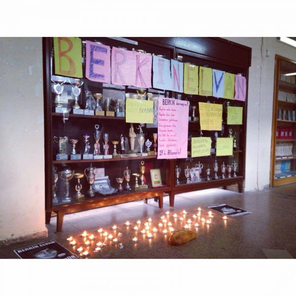 Ege Üniversitesi Edebiyat Fakültesi'nde #DersimizBerkin diyen öğrenciler Berkin'in adını mumlarla yere yazdılar.