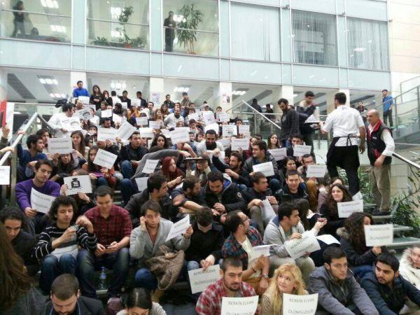 TOBB ETÜ'de #DersimizBerkin diyerek oturma eylemleri yapıldı.