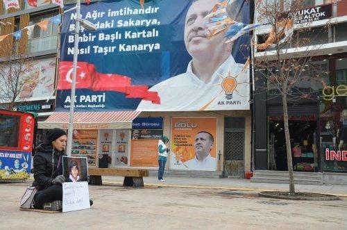 Bolu'da bir üniversite öğrencisi, Gezi olaylarında yaralanan ve 269 gün sonra hayatını kaybeden 15 yaşındaki Berkin Elvan için AK Parti Seçim İrtibat Bürosu önünde oturma eylemi yaptı.