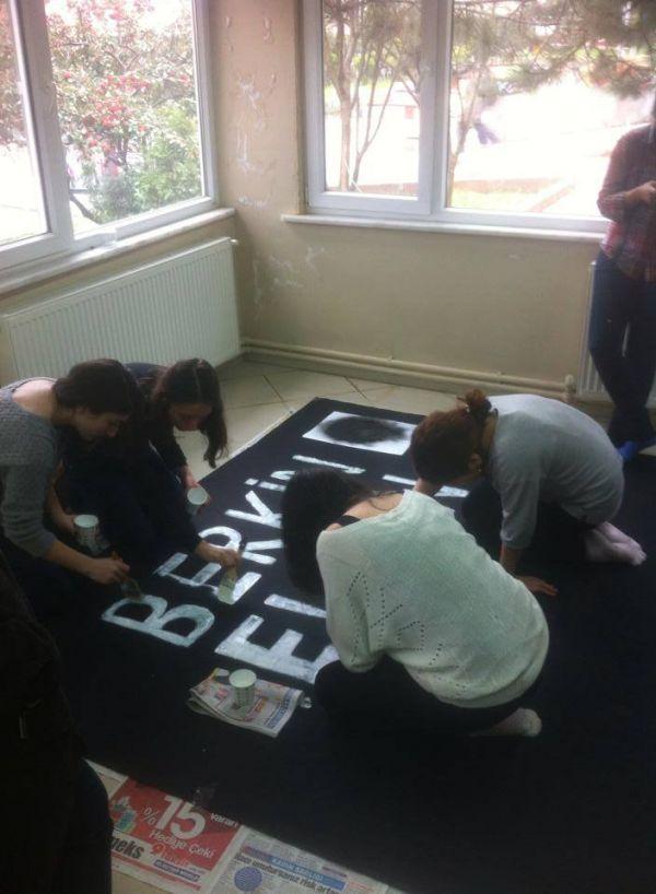 Çapa'da üniversiteliler Berkin için ses çıkarma eyleminden, sonra pankart hazırladı.