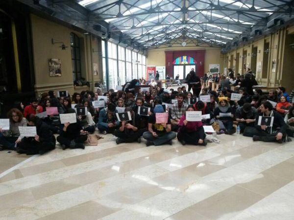 Kadir Has Üniversitesi'nde oturma eylemi yapıldı.