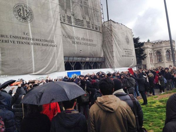 İstanbul Üniversitesi ana kapıda buluşan üniversiteliler Gezi şehitleri için saygı duruşunda bulundu.