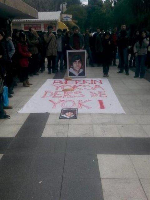 """9 Eylül Üniversitesi'nde derse girmeyen öğrenciler """"Berkin yoksa ders de yok"""" sloganıyla oturma eylemi başlattı."""