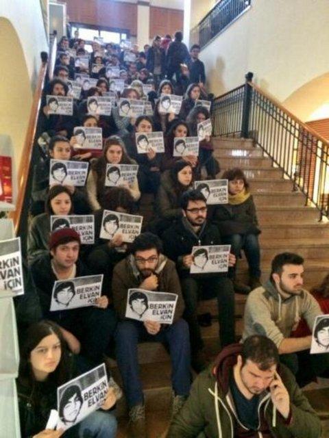 Koç Üniversitesi'nde öğrenciler ve çalışanlar oturma eylemi yaptı.