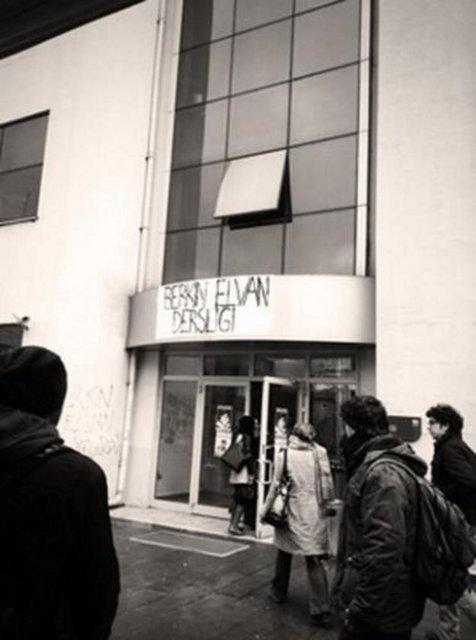"""Boğaziçi Üniversitesi'nde New Hall binasının adı """"Berkin Elvan Dersliği"""" olarak değiştirildi."""
