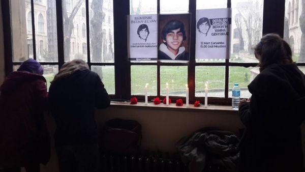 Marmara Üniversitesi Haydarpaşa Kampüsü'nde üniversiteliler Berkin için mumlar yaktı.
