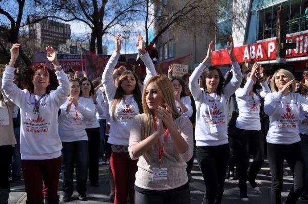 Kadına yönelik şiddete karşı farkındalık yaratmak amacıyla gerçekleştirilen One Billion Rising adlı organizasyona Ankaralı kadınlar da dans ederek katıldı.