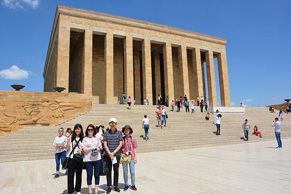 Ankara'da üç gün geçiren öğrenciler ilk olarak Anıtkabir'i ziyaret etti.