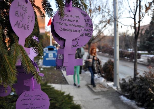 Ankara Üniversitesi İletişim Fakültesi (İLEF) öğrencileri, Toplumsal Cinsiyet ve Medya dersi kapsamında dilek ağacı yaptı.