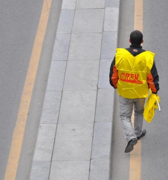 Zorunlu eğitimin 12 yıla çıkartılmasını öngören yasa teklifi ve kamu görevlileri sendikaları kanununda değişiklik yapılmasına ilişkin yasa tasarısını protesto eden yüzlerce KESK üyesi ve birçok sivil toplum kuruluşu GMK Bulvarı\'nı 30 saat boyunca trafiğe kapattı.