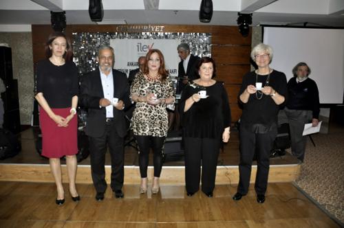 Mezuniyetinin 40. yılında mezunlar fincanlarını Prof. Dr. Ruken Öztürk'ten aldılar.