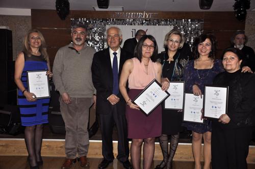 Mezuniyeti'nin 25. yılında olan mezunlar plaketlerini hocaları olan Öğretim görevlisi Emin Özdemir'den aldılar