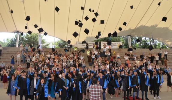 İLEF'te mezuniyet heyecanı: 2021 baykuşları kep attı