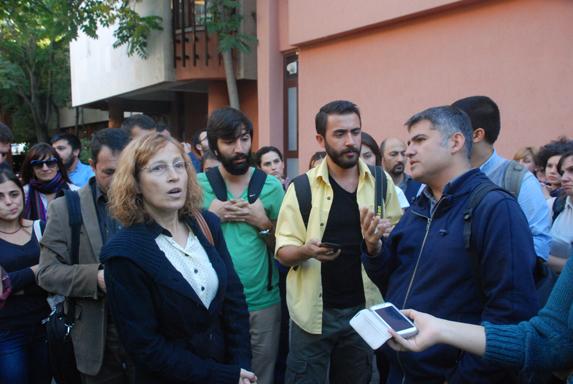 Kerem Altıparmak, rektör yardımcılarıyla yapılan toplantının adından. (Fotoğraf: Murat Erişmiş)