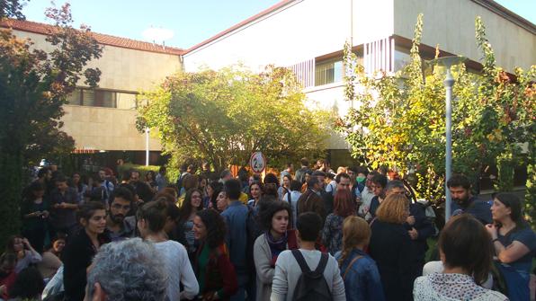 Topluluk, rektörlük binası önünde bekliyor. (Fotoğraf: Büşra Akkılıç)
