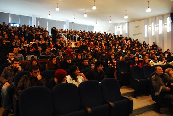 Salonu dolduranlar, Gül'ün çağrısından habersiz, panelin başlamasını bekliyor. (Fotoğraf: Alkan Uçarsu)