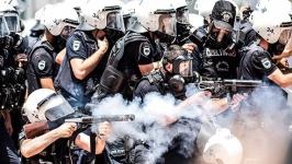 Polis yasaklanan ölümcül silah kullanıyor